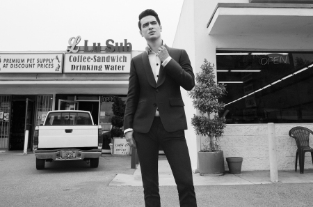 panic-at-the-disco-2017-bw-cr-Shervin-Lainez-1548
